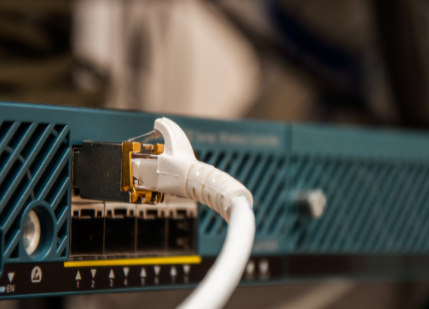 The difference between optical fiber transceiver and industrial switch